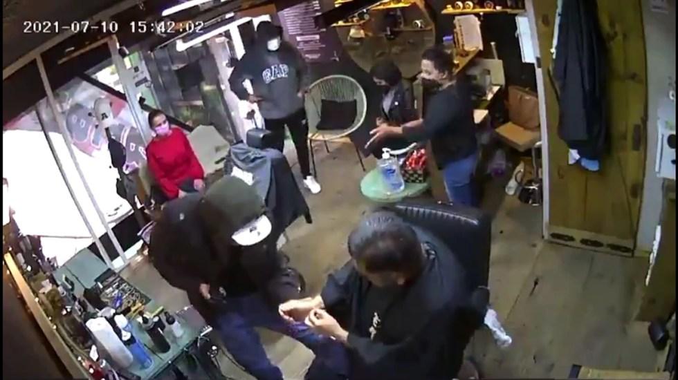 #Video Asaltan barbería en Toluca a punta de pistola y encierran a víctimas - Asalto en barbería de Toluca. Captura de pantalla