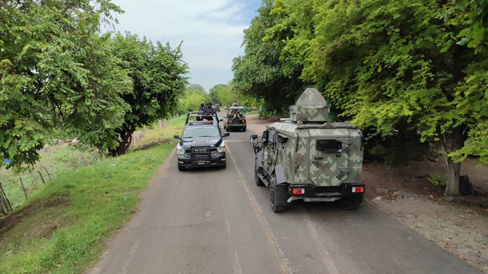 Michoacán cumple cinco días de violencia por reacomodo de cárteles - Autoridades sobre la carretera Apatzingán-Aguililla de Michoacán. Foto de @MICHOACANSSP