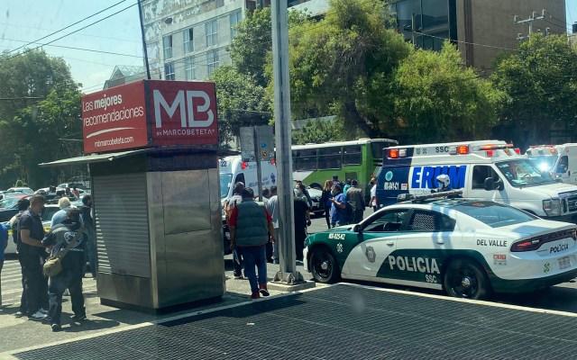 Balacera en la colonia Del Valle deja un herido - Autoridades y paramédicos en la colonia Del Valle por balacera. Foto de @marissrivera