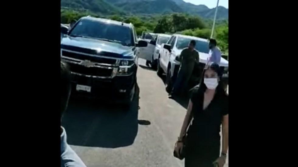 Manifestantes impiden el paso de camioneta de AMLO en recorrido por Durango - Manifestantes impiden el paso de camioneta de AMLO en recorrido por Durango. Foto tomada de video