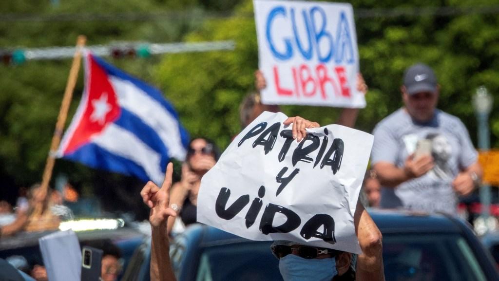 Cubanos, cubanoestadounidenses y exiliados en Florida apoyando las protestas en Cuba. Foto de EFE/EPA/CRISTOBAL HERRERA-ULASHKEVICH