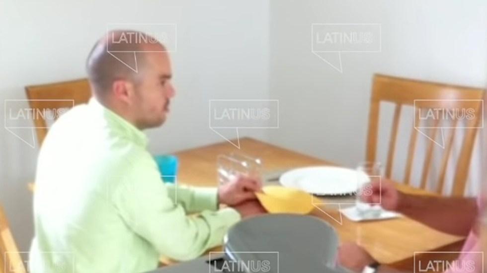 """Dinero entregado a hermano de López Obrador era de """"mis ahorros"""": David León Romero - David León Romero entrega dinero a Martín Jesús López Obrador. Captura de pantalla"""