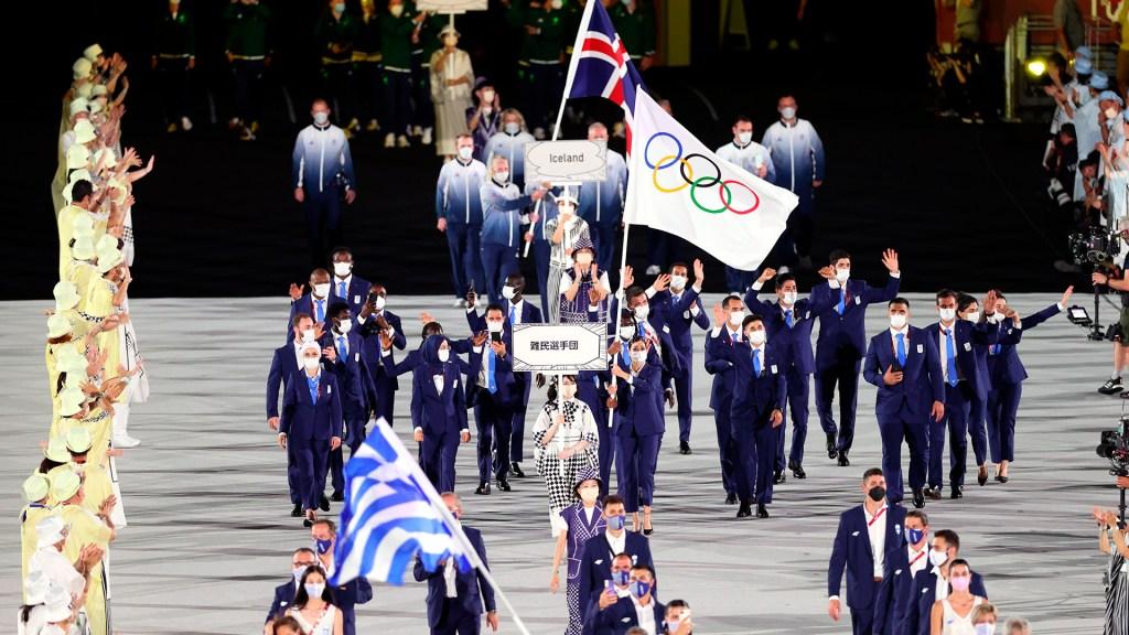 Atletas desfilan en Tokio al ritmo de canciones de videojuegos - Desfile de delegación olímpica de refugiados en ceremonia inaugural de Tokio 2020. Foto de EFE/EPA/RITCHIE B. TONGO