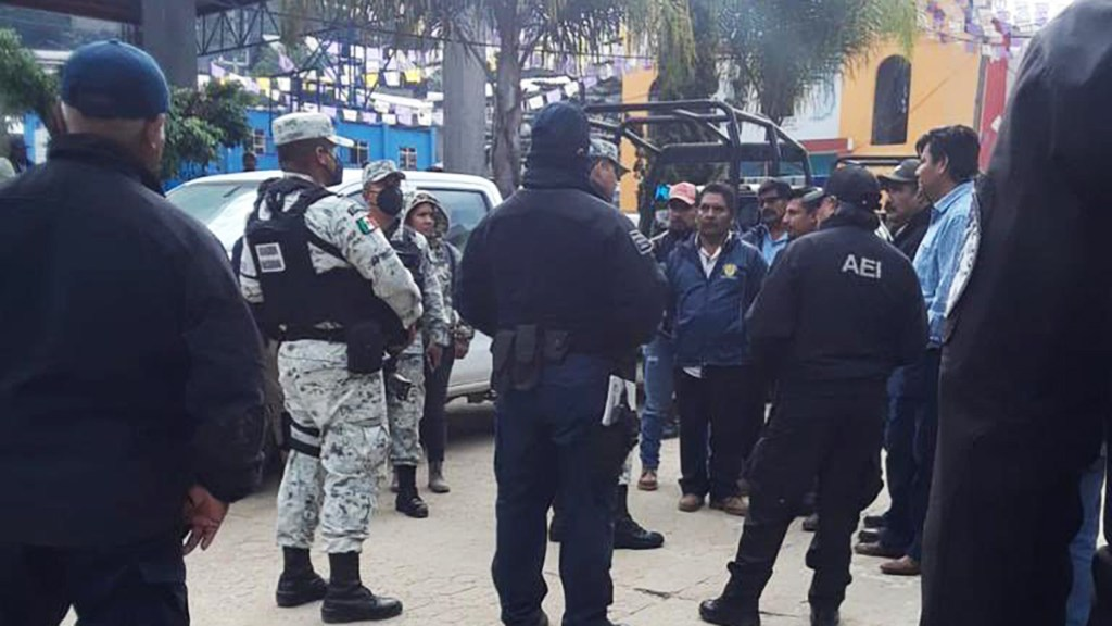 Guardia Nacional dialoga en Oaxaca liberación de elementos retenidos - Diálogo de Guardia Nacional en Santiago Textitlán. Foto de @GN_MEXICO_