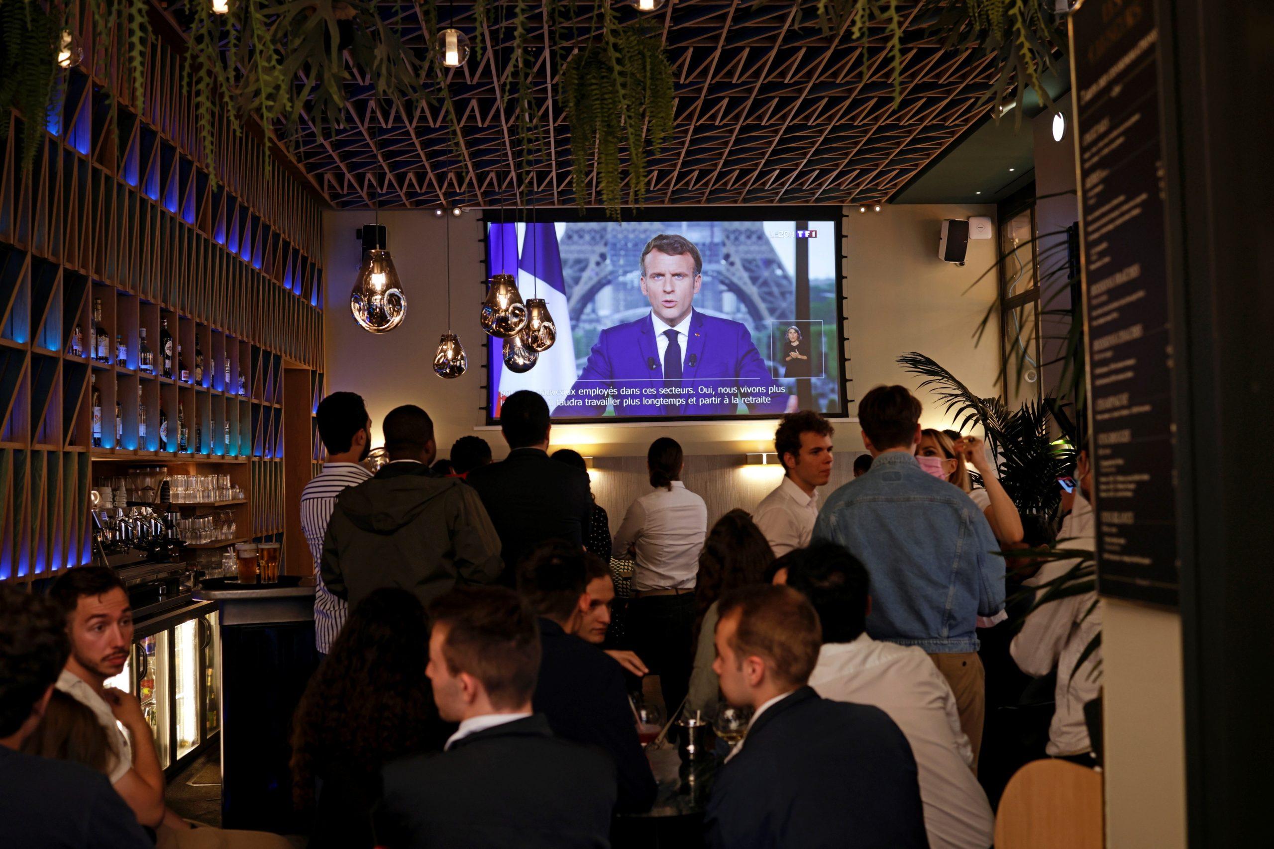 Clientes de un bar ven al presidente francés Emmanuel Macron dirigiéndose por televisión a la nación para anunciar medidas mejoradas para combatir la propagación del COVID-19, mientras Francia enfrenta un posible resurgimiento de la pandemia, en París, Francia, el 12 de julio de 2021. Foto de EFE / EPA / YOAN VALAT.