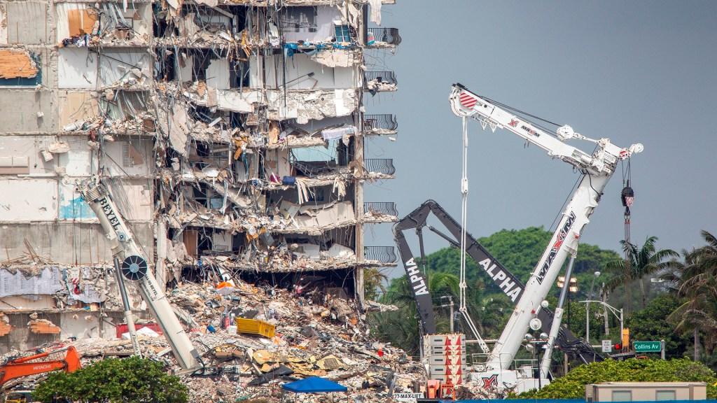 Edificio parcialmente derrumbado en Miami.