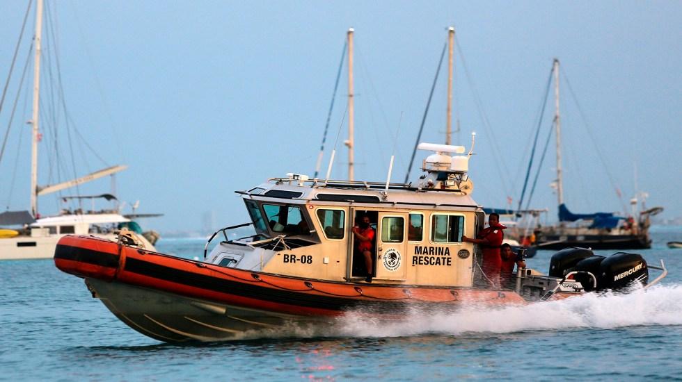 Hundimiento de embarcación turística en Isla Mujeres deja tres muertos - Embarcación de rescate de la Semar en Isla Mujeres. Foto de EFE