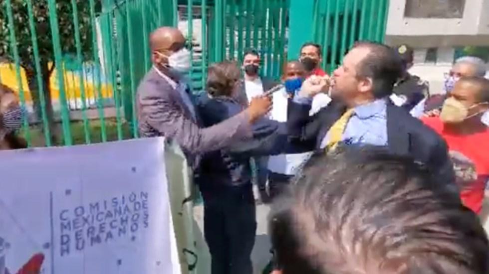 Funcionarios de Embajada de Cuba en México enfrentan a manifestantes - enfrentamiento Embajada Cuba México manifestantes
