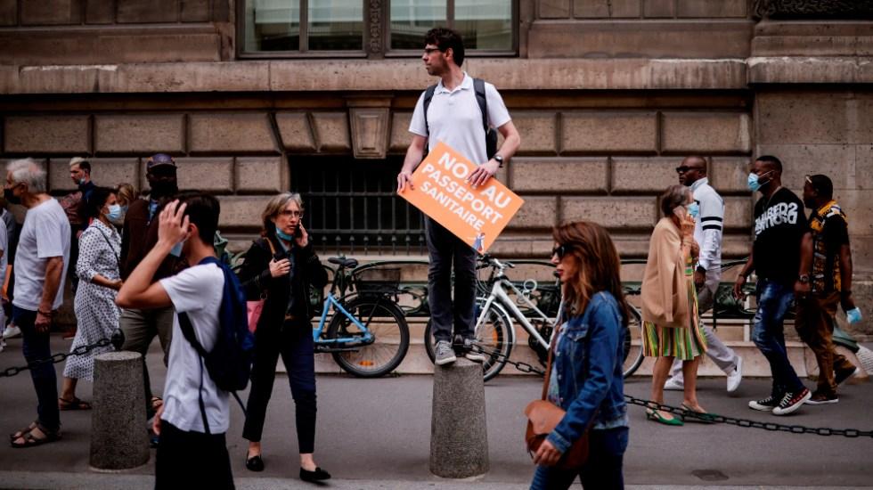 Francia supera los 10 mil contagios diarios por segundo día consecutivo - Francia protesta contra vacunación