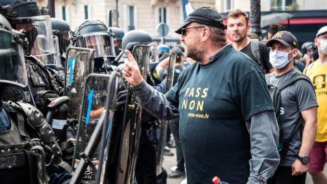 Más de 200 mil personas protestan en Francia por medidas anticovid