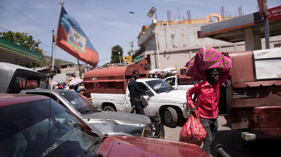 Haití anuncia la detención de un supuesto autor intelectual del magnicidio - Vehículos transitan por el mercado de Petionville hoy, en Puerto Príncipe, Haití.. Foto de EFE/ Orlando Barría.