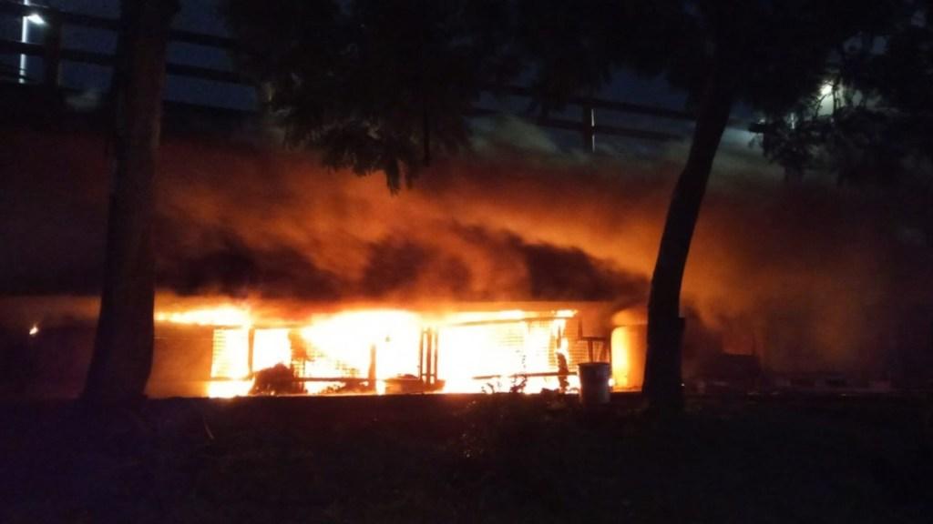 Se intoxican siete niños en Iztapalapa por incendio en su casa - Incendio en bajo puente de Iztapalapa. Foto de @SGIRPC_CDMX