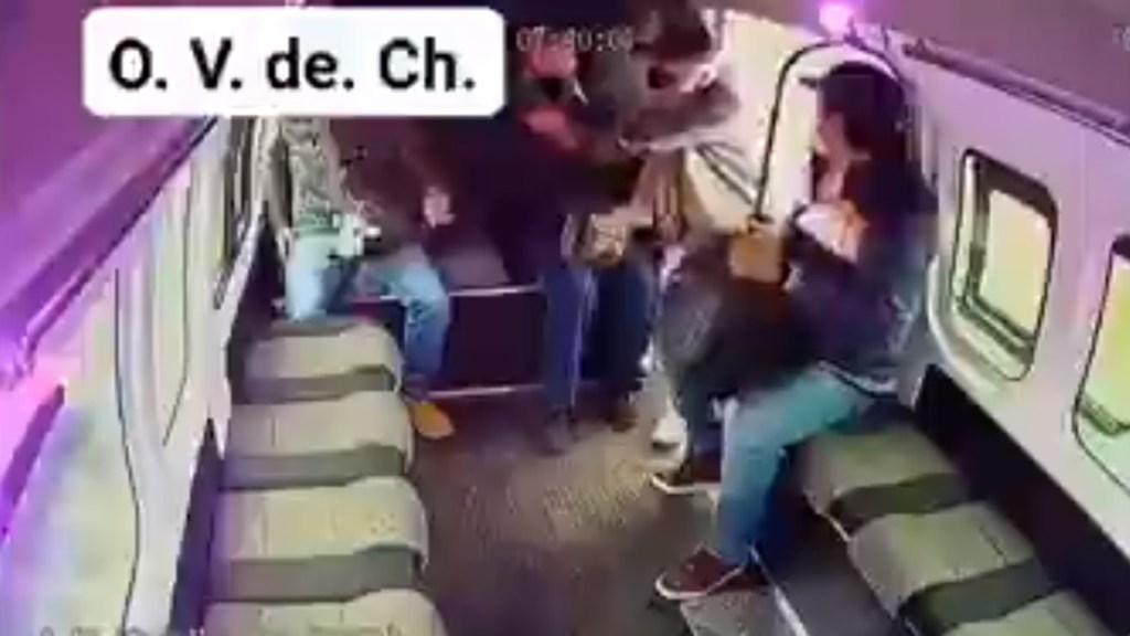 #Video Pasajeros ignoran a asaltante en la México-Texcoco y lo dejan sin botín - Intento de asalto a transporte público en la México-Texcoco. Captura de pantalla
