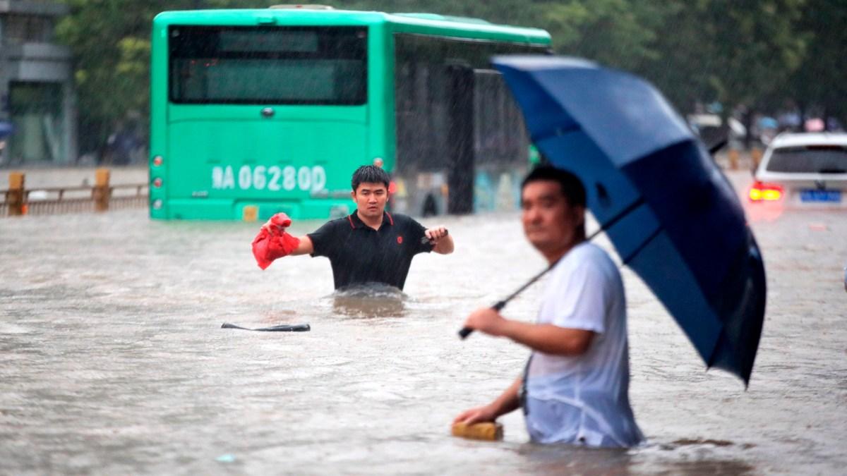 #Video Inundaciones atrapan a usuarios del Metro en China