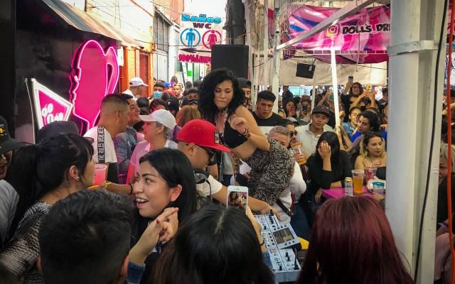 Jóvenes protagonizan la tercera ola de coronavirus en México - Jóvenes disfrutan en chelerías de Tepito, CDMX, sin medidas sanitarias. Foto de El Universal