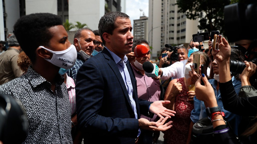 Policías rodean casa de Juan Guaidó para detenerlo sin éxito - Juan Guaidó tras intento de detención. Foto de EFE