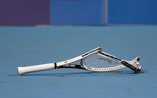 Juegos Olímpicos 2020 – Tenis - El ruso Daniil Medvedev rompe una raqueta tras perder ante el español Pablo Carreño en Cuartos de Final masculino de tenis en los Juegos Olímpicos 2020, en el Parque de Tenis de Ariake en Tokio. Foto de EFE/ Juan Ignacio Roncoroni.