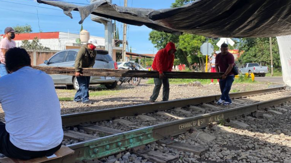 Maestros de la CNTE bloquean vías del tren en Michoacán - Maestros CNTE bloqueo vías tren tren Michoacán