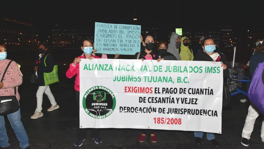 Jubilados y pensionados del IMSS protestan afuera de Palacio Nacional - Manifestación de jubilados y pensionados del IMSS. Foto de @Foro_TV / S. Servín