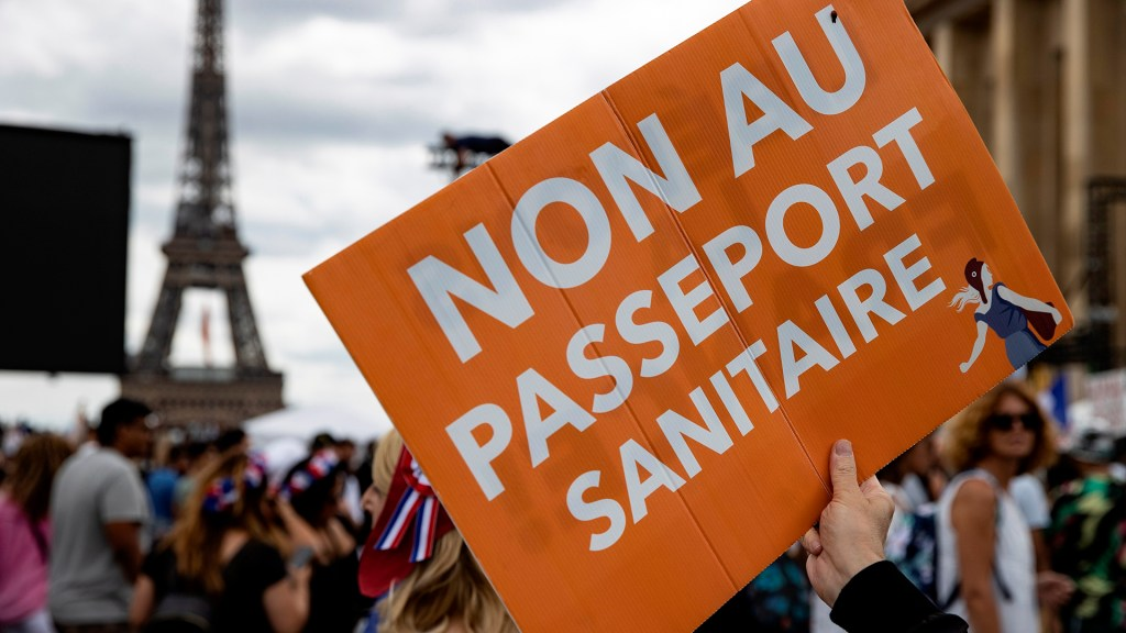 Francia acelera la vacunación ante aplicación de certificado sanitario obligatorio - Manifestación en Francia contra certificado sanitario obligatorio. Foto de EFE