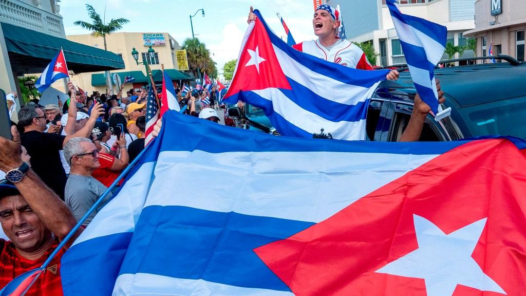 """Trump llama a Biden a """"hacer frente al régimen"""" cubano - Manifestación en Miami en respaldo de protestas en Cuba. Foto de EFE"""