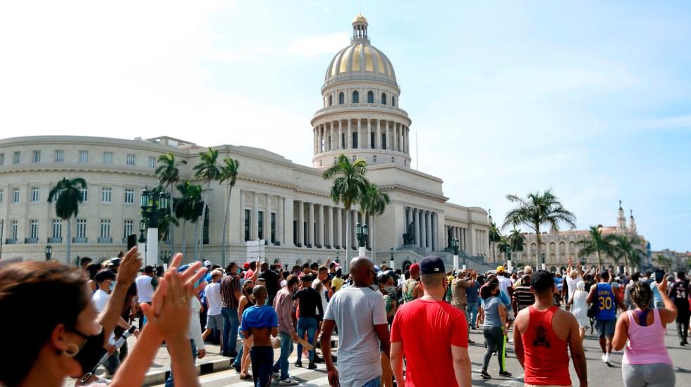 Cuba amanece sin internet móvil tras jornada de protestas - Manifestación frente al capitolio de Cuba, en La Habana. Foto de EFE
