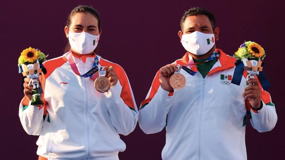 México gana primera medalla en Tokio; bronce en tiro con arco por equipos - Entrega de medallas en arco con tiro por equipos. Oro: Corea del Sur. Plata: Países Bajos. Bronce: México. Foto de EFE/EPA/DIEGO AZUBEL