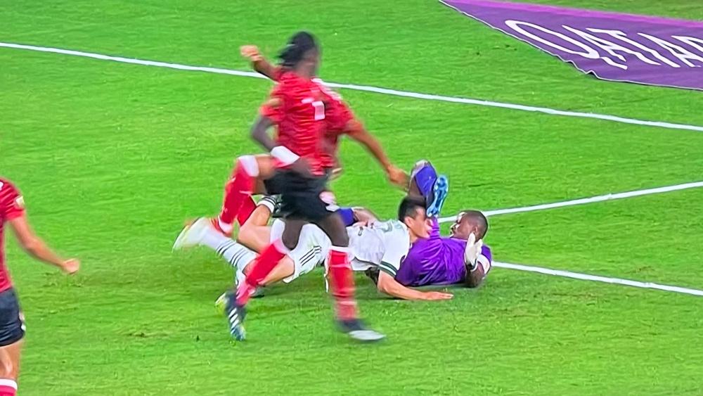 #Video 'Chucky' Lozano sufre brutal golpe en el México vs Trinidad y Tobago - México Chucky Lozano Copa Oro
