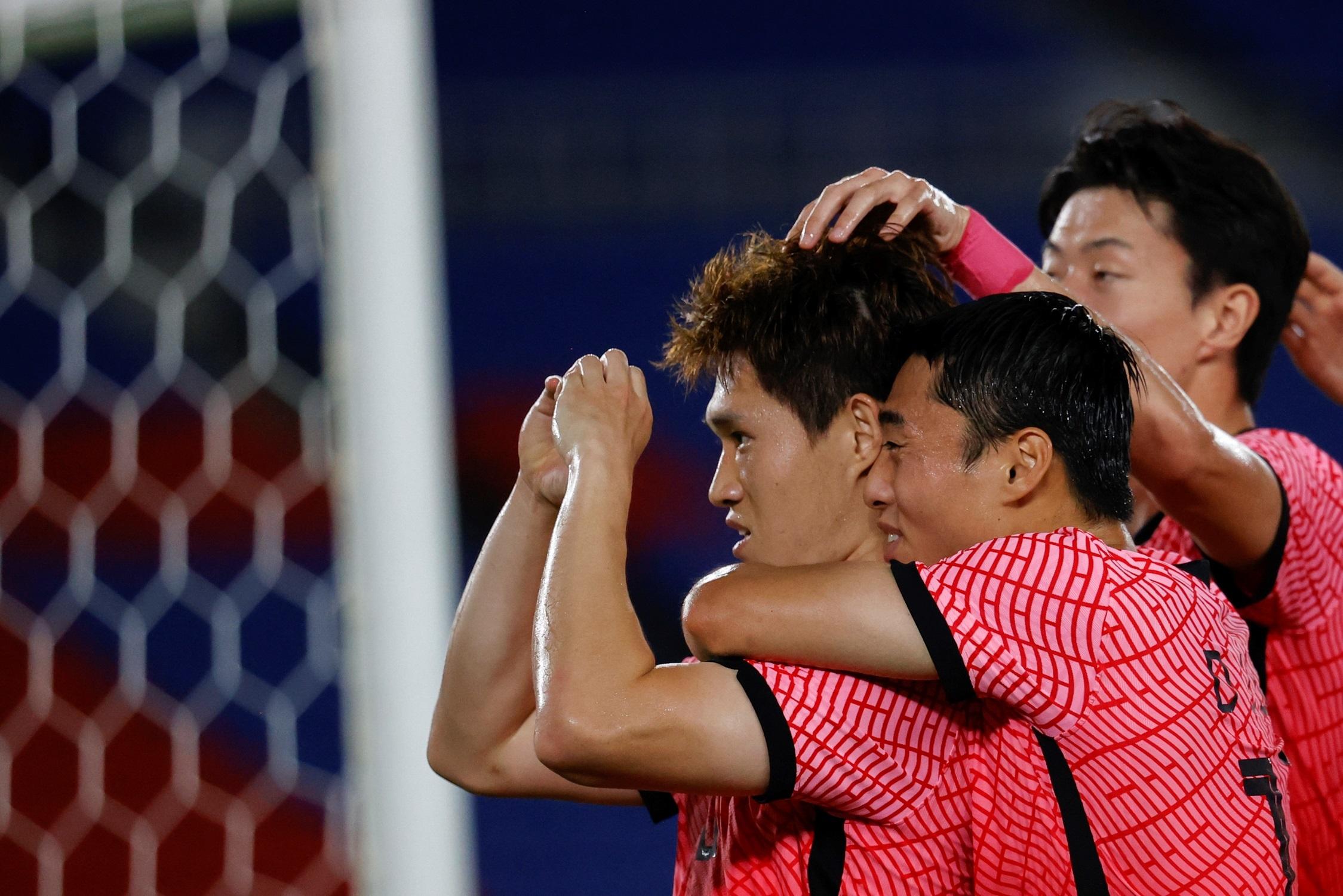 El centrocampista surcoreano Donggyeong Lee celebra con sus compañeros tras marcar el 1-1. Foto de EFE/ Miguel Gutiérrez.