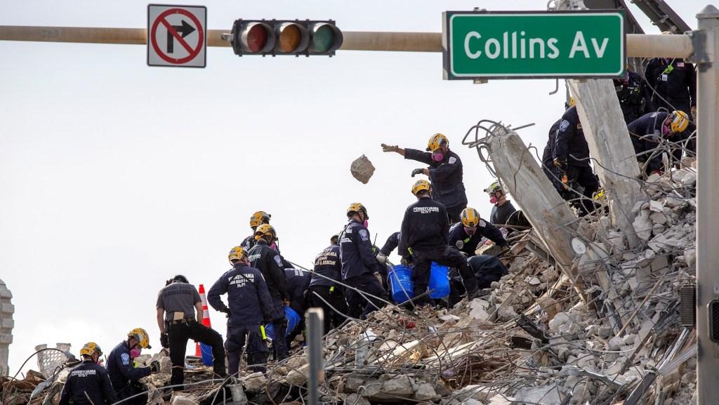 Redoblan la búsqueda en el edificio colapsado de Miami - Los servicios de rescate trabajan en las ruinas del edificio Champlain Towers South, en Miami-Dade, después de que fuese demolido totalmente la pasada noche. Foto de EFE/ Cristobal Herrera-ulashkevich.