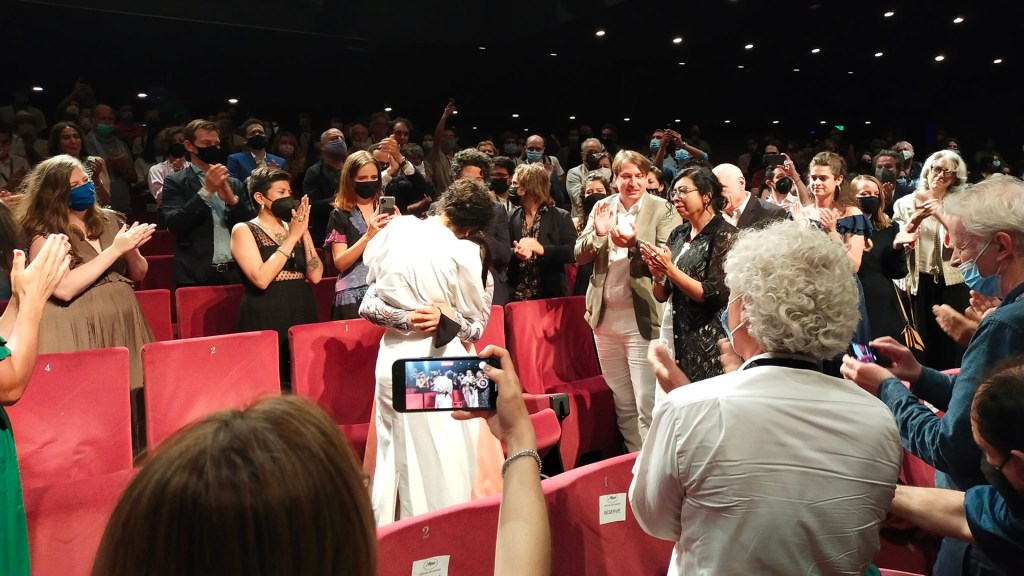 'Noche de Fuego' se estrena en Cannes con 10 min de aplausos para la mexicana Tatiana Huezo - Ovación a Noche de Fuego en Cannes. Foto de @JC_Berjon