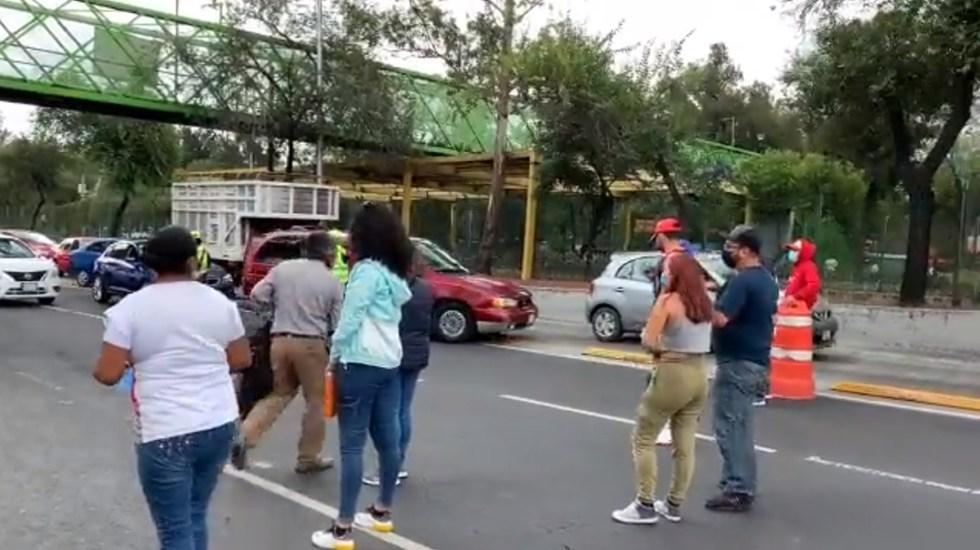 Padres de jóvenes bloquean Av. Insurgentes por negarles vacunas en la GAM - Padres de familia bloquean Av Insurgentes. Captura de pantalla / @davortega_7