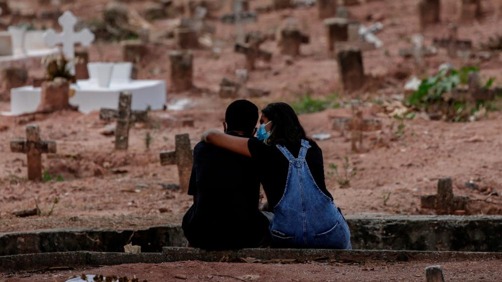 Muertes por COVID-19 pueden llegar a 10 millones sin reparto de vacunas: OMS - Panteón Río de Janeiro Brasil COVID