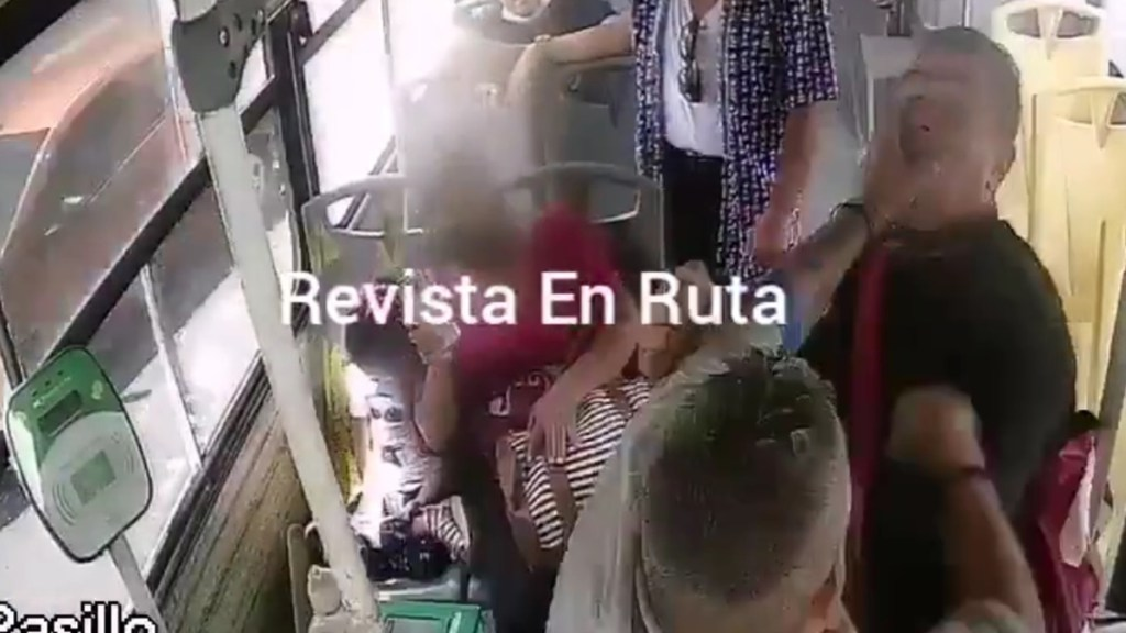 #Video Chofer y pasajero pelean a golpes en transporte público de Guadalajara - Pelea de chofer y pasajero en Guadalajara. Captura de pantalla / @REVISTA_ENRUTA