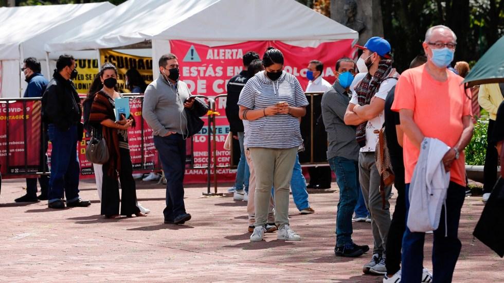 Confirma OPS presencia de la variante Delta en tres estados de México - Personas en espera de realizarse una prueba COVID-19 en la Ciudad de México. Foto de EFE