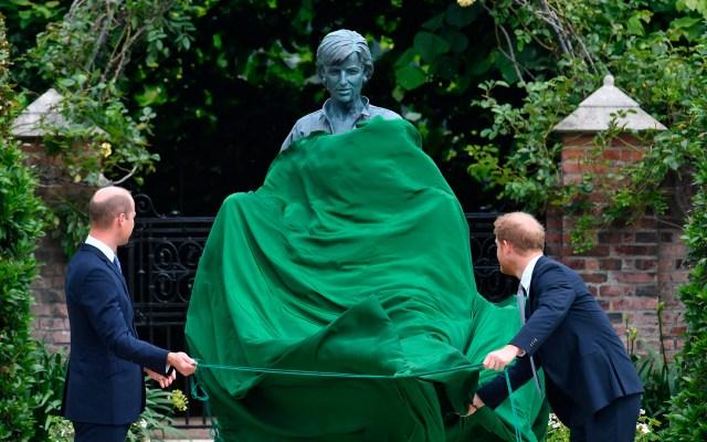 Guillermo y Harry desvelan estatua en honor a la princesa Diana - Príncipes Guillermo y Harry desvelan estatua de Diana de Gales. Foto de EFE