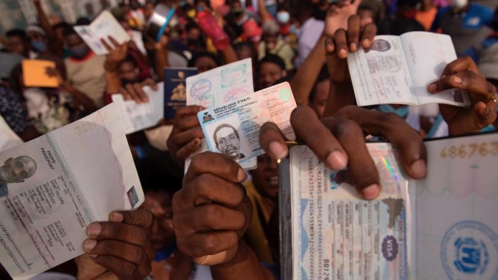 Haitianos se congregan en la embajada de EE.UU. para pedir visas - Haitianos se congregan en la embajada de EE.UU. para pedir visas. Foto de EFE