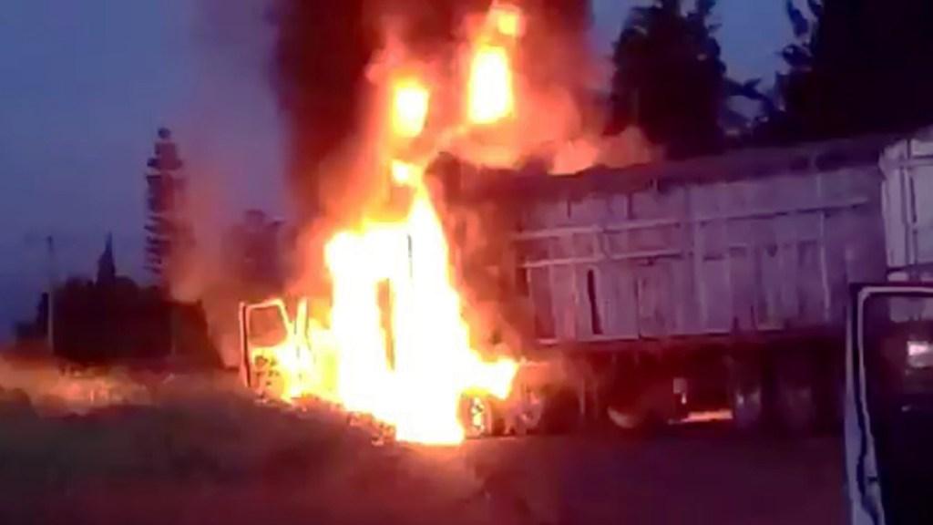 CJNG bloquea carreteras y quema autos en Michoacán - Quema de vehículo en Michoacán. Captura de pantalla