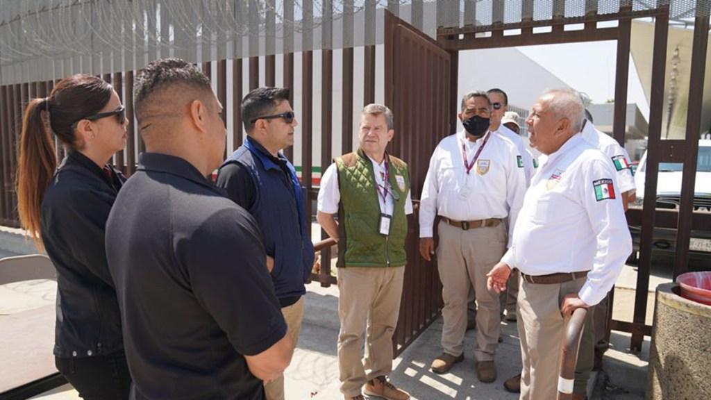 """México pide a Estados Unidos un """"trato digno"""" a repatriados - Reunión del comisionado del INM con autoridades de CBP. Foto de @INAMI_mx"""