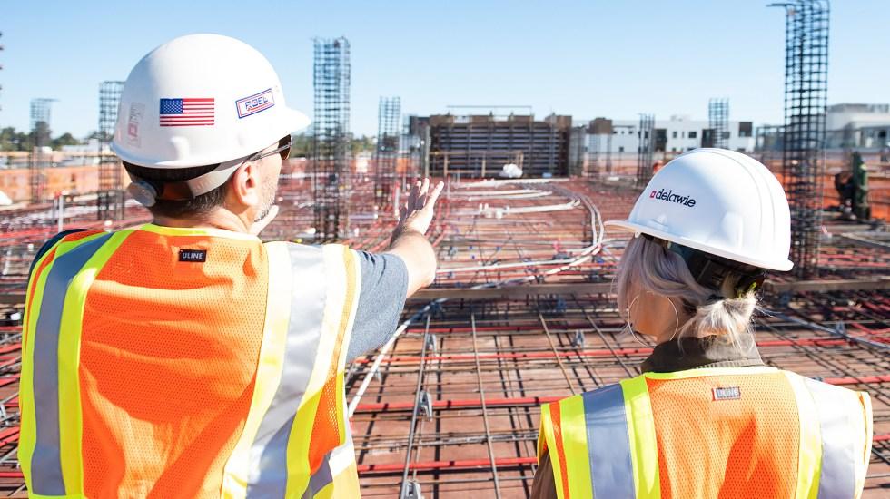 Economía de EE.UU. creció a una tasa anual de 6.5 % en segundo trimestre - Trabajadores en obra en construcción de Estados Unidos