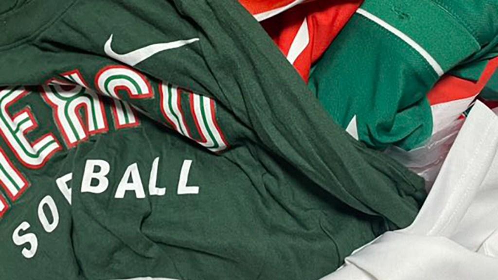 Jugadoras de sóftbol dejan uniformes de México en Villa Olímpica; los hallaron en la basura - Uniformes del equipo femenil de sóftbol que representó a México en Tokio 2020 en la basura