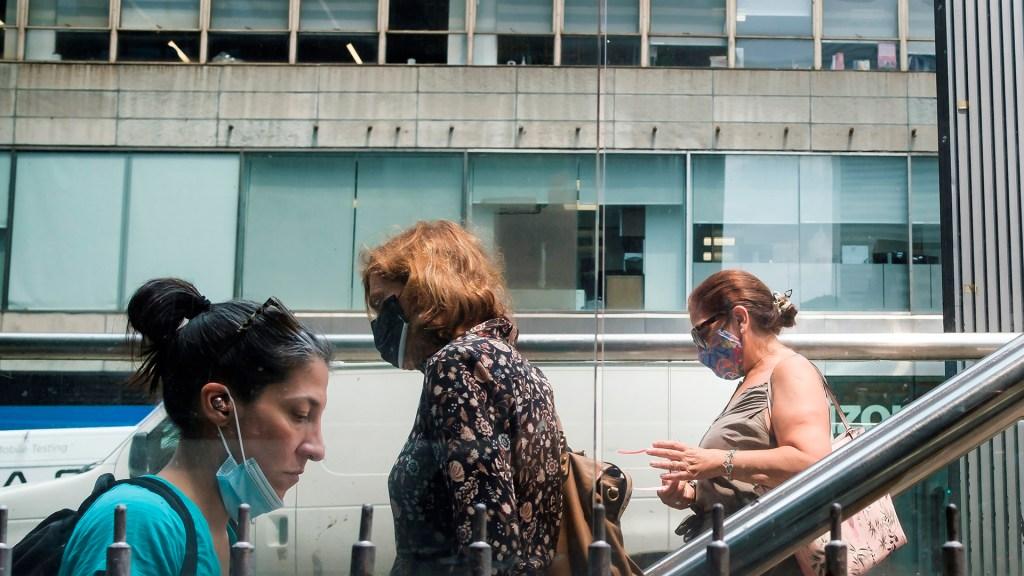 Estados Unidos analiza volver a pedir que los vacunados lleven cubrebocas - Uso de cubrebocas en mujeres, en Nueva York, Estados Unidos. Foto de EFE