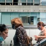 Solo los vacunados podrán ir a bares, restaurantes o gimnasios en Nueva York - Uso de cubrebocas en mujeres, en Nueva York, Estados Unidos. Foto de EFE