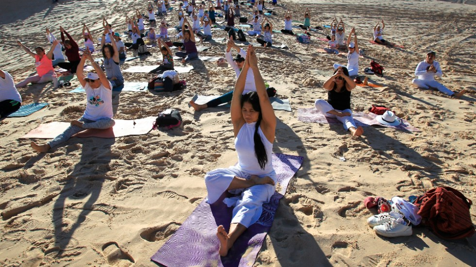 "Mexicanos hacen yoga en dunas de Samalayuca para sembrar ""esperanza"" - yoga dunas Samalayuca Chihuahua"