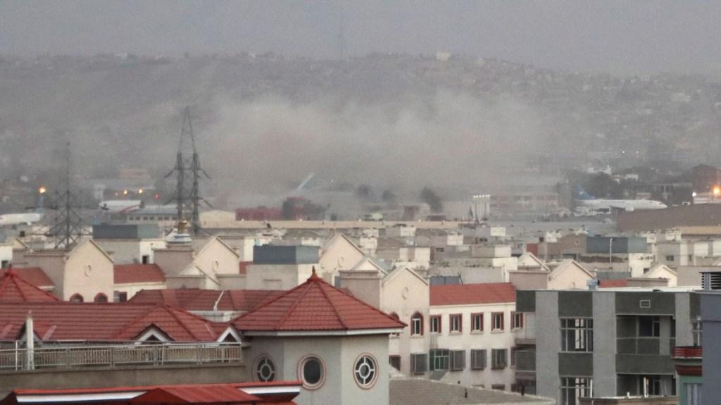 Más de 60 muertos tras atentados en aeropuerto de Kabul; EI reivindica ataque - Humo procedente de la explosión frente al aeropuerto internacional Hamid Karzai, en Kabul, Afganistán. Foto de EFE / EPA / AKHTER GULFAM.