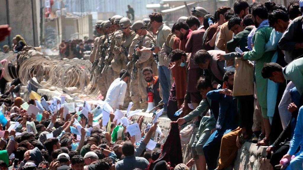EE.UU. sospecha que el Estado Islámico es responsable del atentado en Kabul, según medios - Afganos intentando ingresar al Aeropuerto Internacional de Kabul
