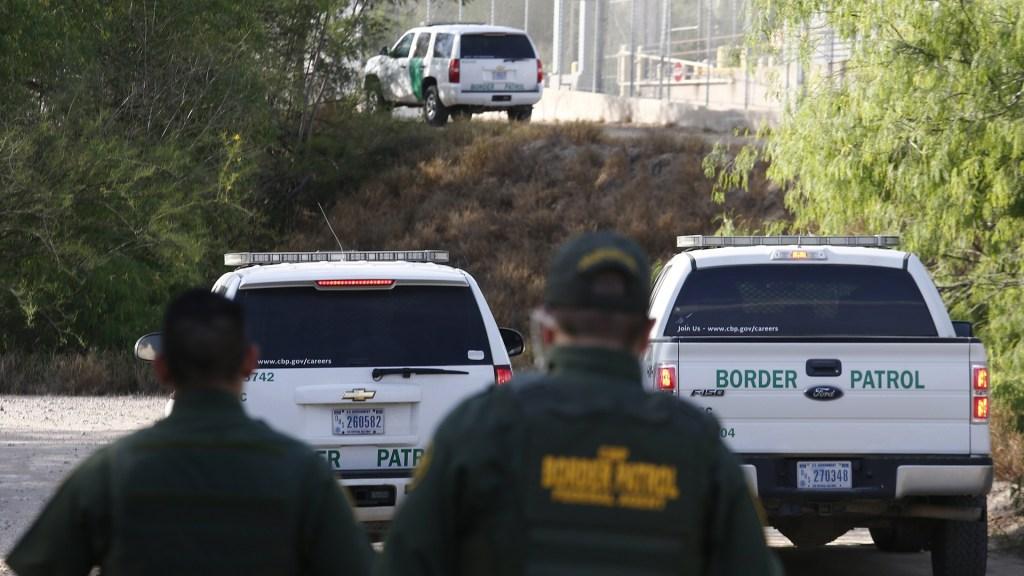 Informe denuncia impunidad en casos de agentes fronterizos que insultaron a migrantes - Cifra de migrantes detenidos en julio rompe récord en EE.UU.. Foto de EFE