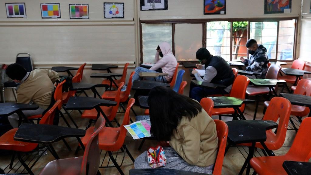 Millones de estudiantes regresan a las aulas en plena tercera ola - Alumnos de secundaria en primer día de regreso a clases presenciales