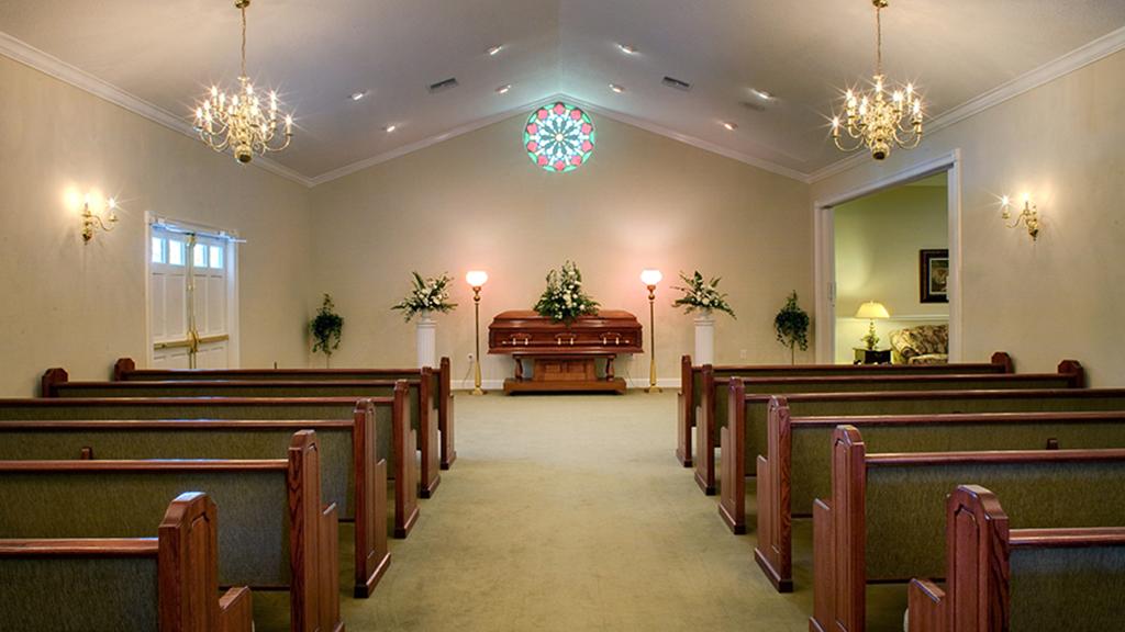 Cuerpos se apilan en un crematorio de Florida por repunte de COVID-19 - Capilla de funeraria en Florida