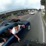 #Video Copiloto de auto intenta derribar a ciclista en Xochimilco